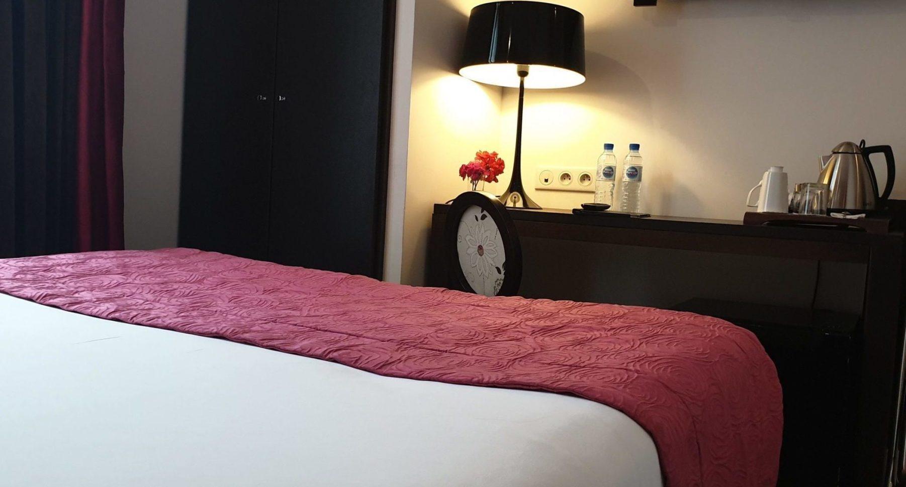 chambre double classique rayures - hôtel star champs-élysées
