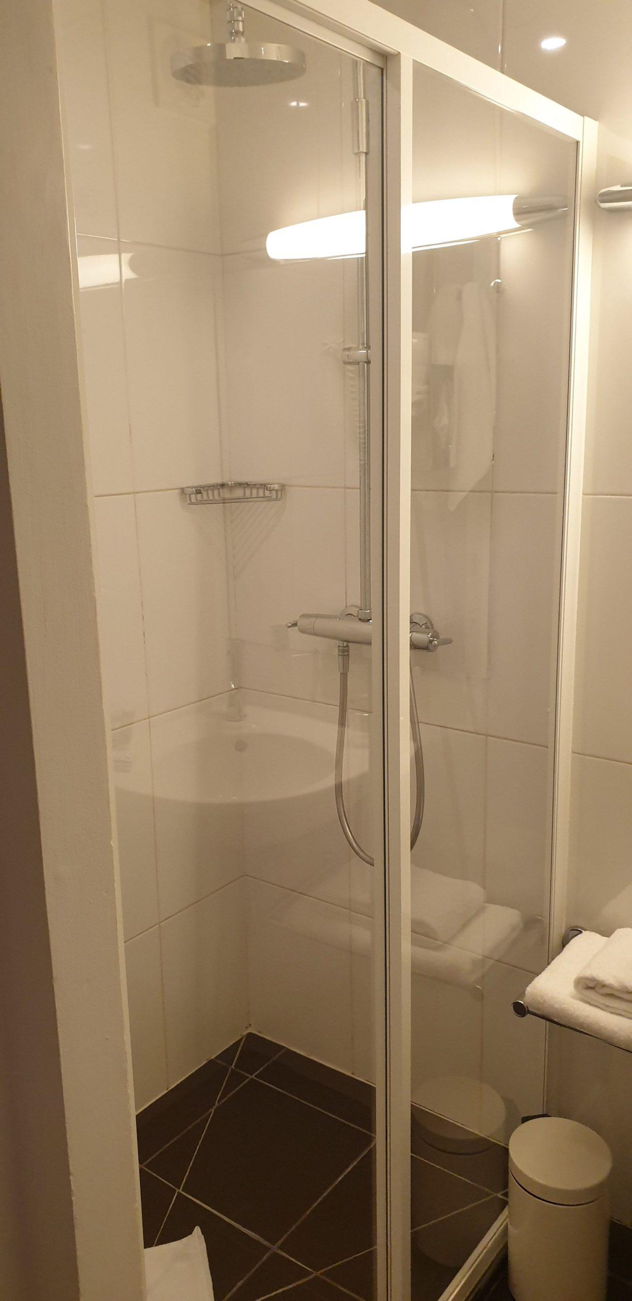 Salle de douche chambre single - hôtel star champs-élysées